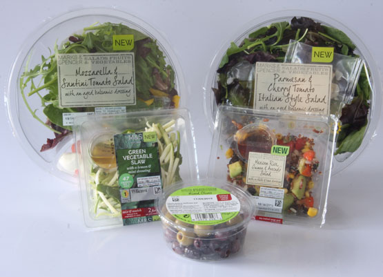 Salads sealed by a polyester film